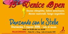 15° Venice Open-scritta rossasu fondo arancione e scritta turchese danzando con le stelle