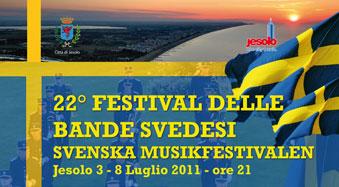 Locandina blu con bandiere svedesi e banda sullo sfondo