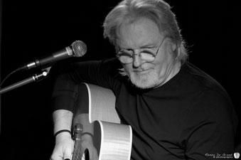 foto in bianco e nero di Aldo alla chitarra