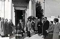 immagine fuori della chiesa a commemorazione di Silvio Trentin